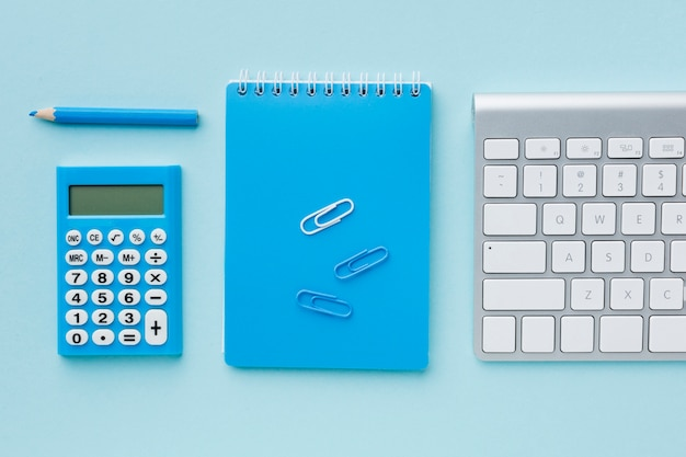 Vista superior do bloco de notas e teclado azul