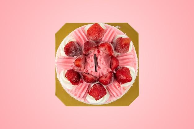 Vista superior do bolo coberto com morangos isolados