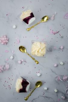 Vista superior do bolo de aniversário e talheres de ouro