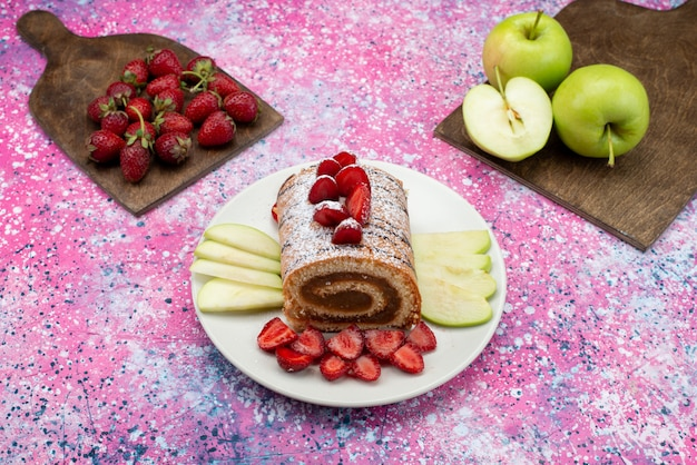 Vista superior do bolo de chocolate com frutas dentro do prato no chão roxo biscoito açúcar doce