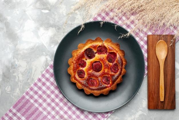 Vista superior do bolo de framboesa dentro do prato na mesa de luz bolo asse doce de cereja