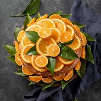 Vista superior do bolo de laranja com folhas