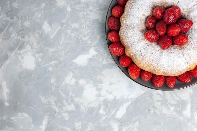 Vista superior do bolo de morango com morangos frescos e açúcar em pó branco
