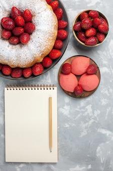 Vista superior do bolo de morango com morangos frescos em branco