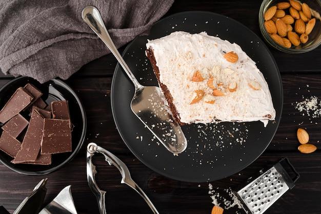 Vista superior do bolo no prato com chocolate e amêndoas
