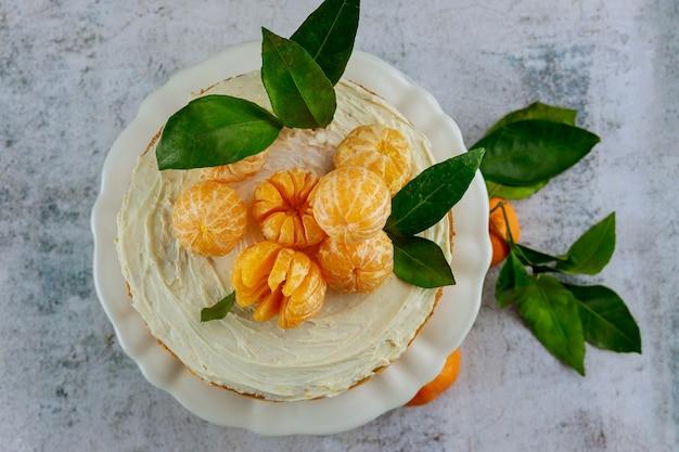 Vista superior do bolo saboroso e festivo com tangerinas frescas da califórnia.