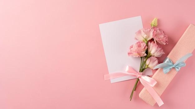 Vista superior do buquê de flores com cartão em branco