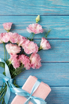 Vista superior do buquê de flores com presente
