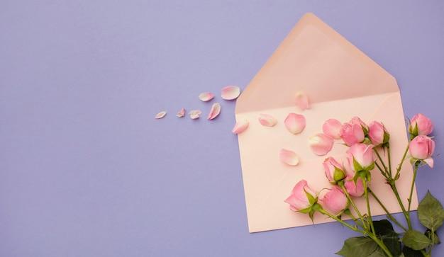 Vista superior do buquê e envelope de rosas