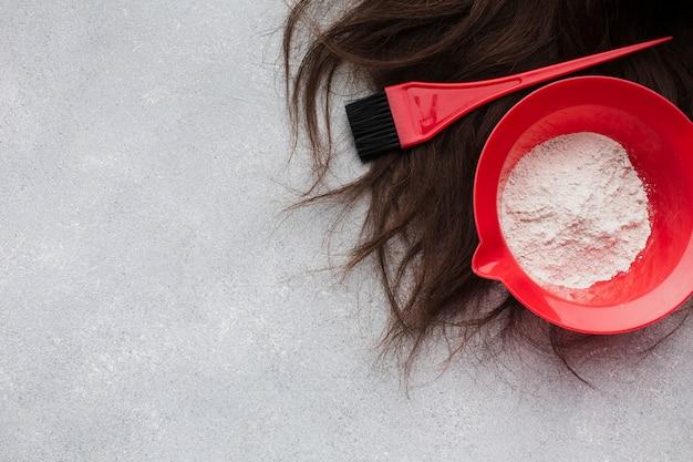 Vista superior do cabelo natural com escova