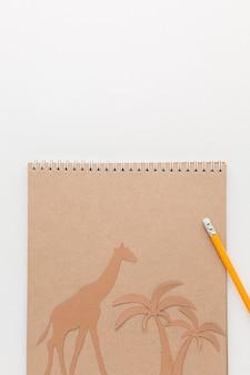Vista superior do caderno com animais de papel e espaço de cópia para o dia dos animais