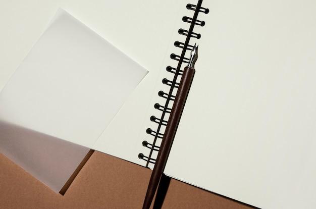 Vista superior do caderno com caneta