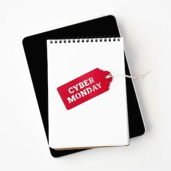 Vista superior do caderno com etiqueta cyber segunda-feira