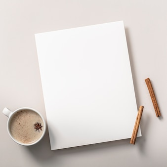 Vista superior do caderno com paus de canela e xícara de café