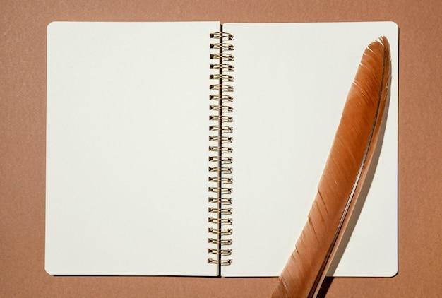 Vista superior do caderno com pena