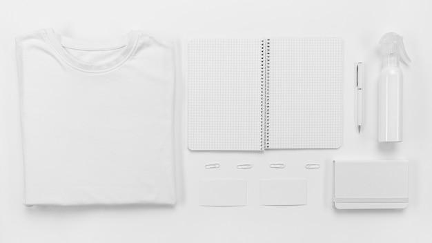 Vista superior do caderno e arranjo da camisa