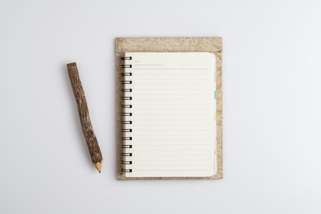 Vista superior do caderno em branco aberto espiral com lápis de madeira