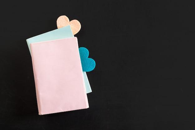 Vista superior do caderno em branco com corações