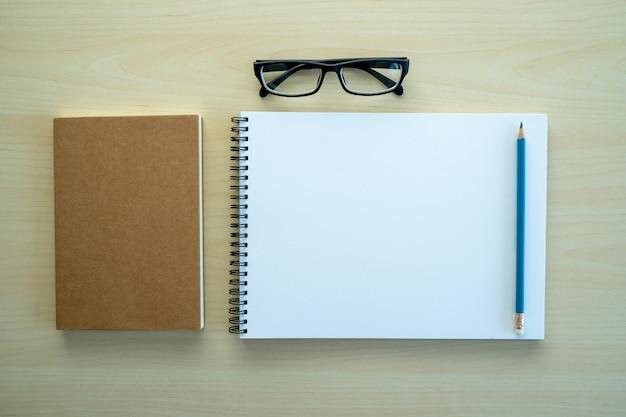 Vista superior do caderno em branco em branco fundo de conceito de design para página de livro de maquete com estacionário caderno em branco em branco