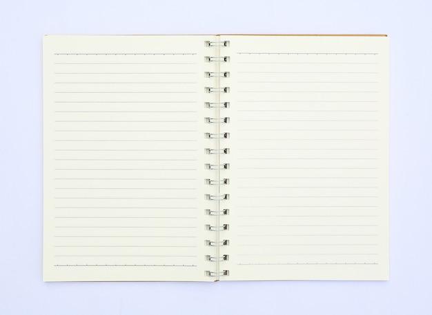 Vista superior do caderno em branco isolado no fundo branco