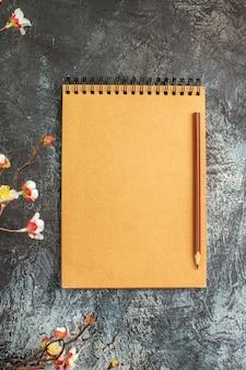 Vista superior do caderno marrom com caneta