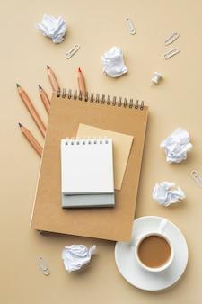Vista superior do caderno para reforma da casa com lápis de cor