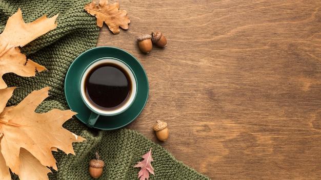 Vista superior do café com cópia espaço e folhas de outono