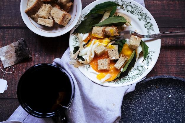 Vista superior do café da manhã chá e ovos