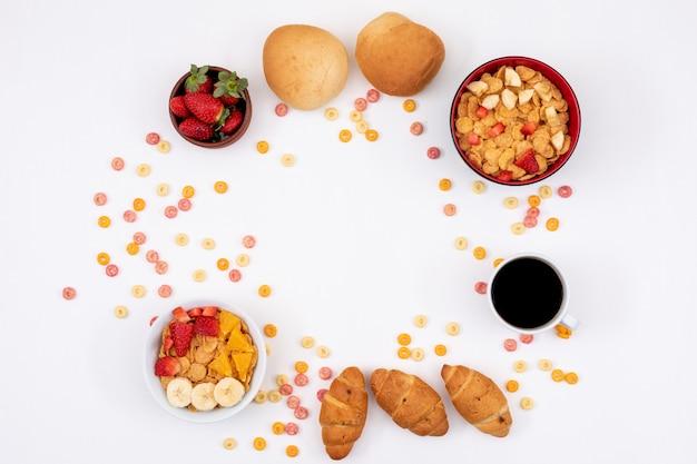 Vista superior do café da manhã com café na superfície branca horizontal
