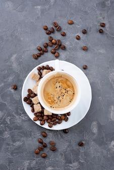 Vista superior do café em copo branco