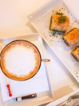 Vista superior do café otomano com baklava.