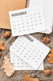 Vista superior do calendário com bolotas de outono e folhas