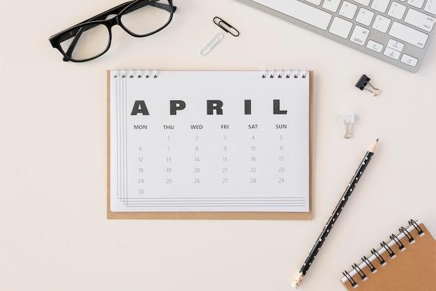 Vista superior do calendário de abril do planejador