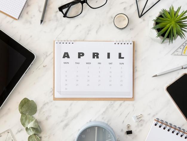 Vista superior do calendário de abril