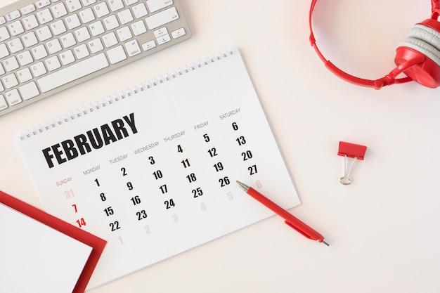 Vista superior do calendário de fevereiro do planejador