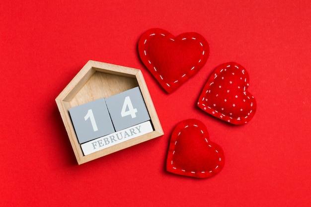 Vista superior do calendário de madeira e corações de têxteis
