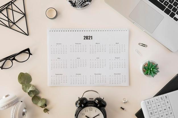 Vista superior do calendário de mesa 2021