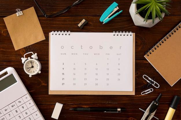 Vista superior do calendário de mesa e acessórios de escritório
