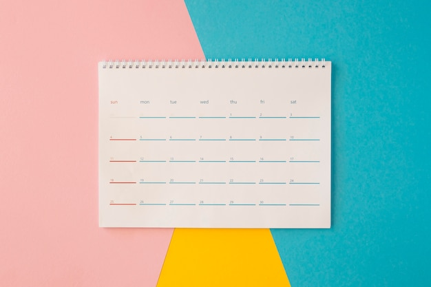 Vista superior do calendário de mesa em fundo colorido