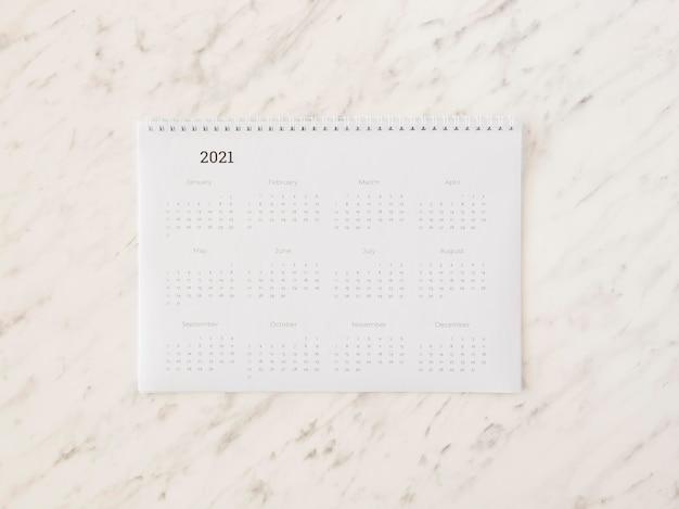 Vista superior do calendário de mesa em mármore