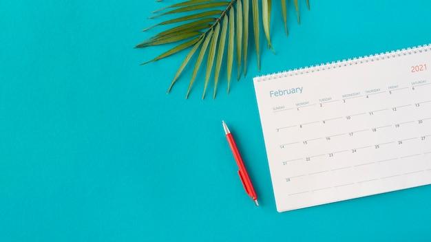 Vista superior do calendário do planejador com folhas