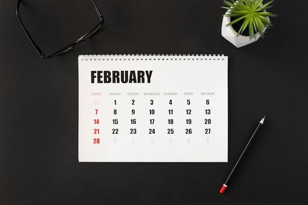 Vista superior do calendário do planejador do mês de fevereiro