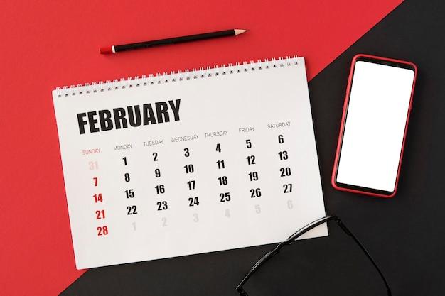 Vista superior do calendário do planejador e telefone celular