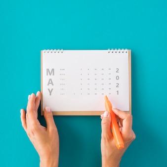 Vista superior do calendário do planejador em fundo azul