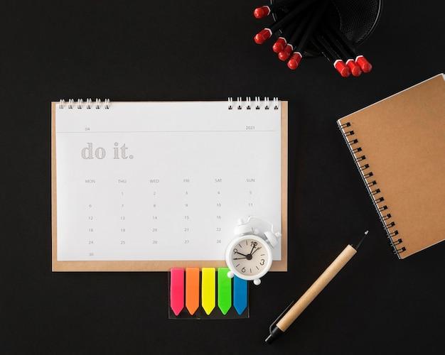 Vista superior do calendário do planejador em fundo escuro