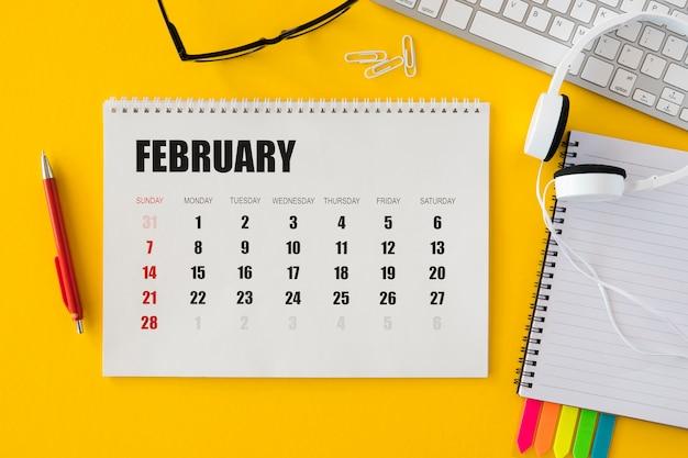 Vista superior do calendário e fones de ouvido