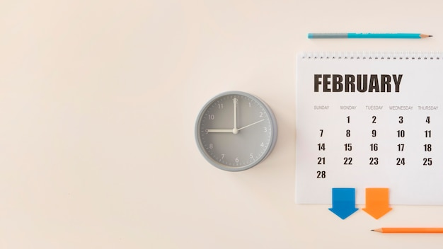 Vista superior do calendário e relógio de fevereiro
