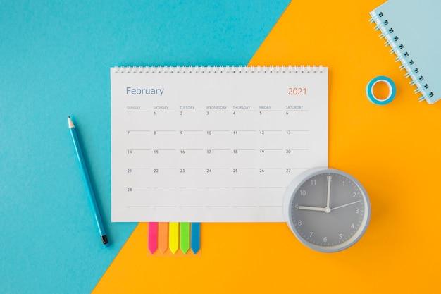 Vista superior do calendário e relógio de papelaria