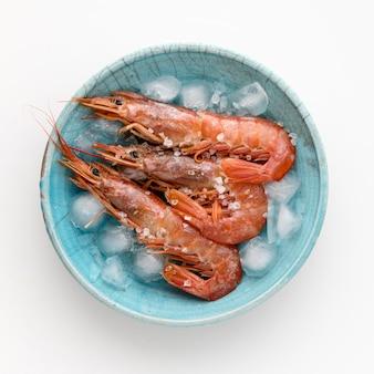 Vista superior do camarão no prato com cubos de gelo