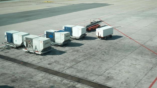 Vista superior do caminhão de carga de contêineres no chão no aeroporto